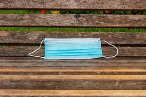 blauw wegwerp beschermingsmasker, gebruikt ter bescherming tegen cornavirus foto
