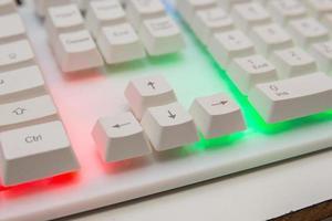 wit gamertoetsenbord met kleurrijke lichten foto