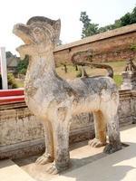 oud standbeeld in wat phra kaew tempel in bangkok foto
