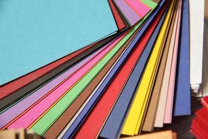 stapels kleurrijk papier foto