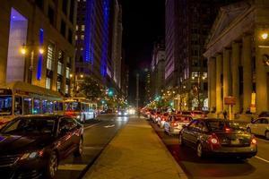 Philadelphia, PA, 13 november 2016 - drukke straat 's nachts in Philadelphia foto