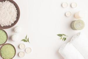set spa-behandelingen met aromatisch zout en kaarsen op witte achtergrond foto