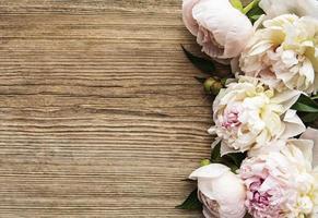roze pioenbloemen als border foto