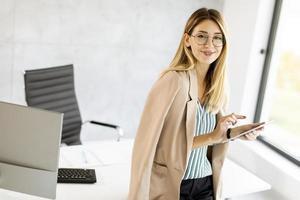 zakenvrouw met behulp van een tablet foto