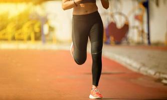 alleen vrouwelijke jogger torso foto