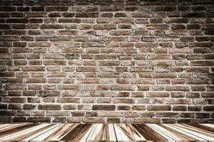 bakstenen muur en houten vloer voor productplaatsing foto