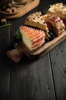 verschillende stukjes taarten op een houten bord cateringmenu foto