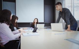 zakelijke bijeenkomst aan vergadertafel foto