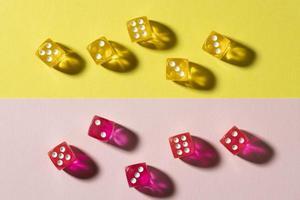 gele en roze dobbelstenen op kleurrijke achtergrond foto