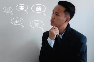 zakenman na te denken over werk, financiën, onderwijs, winkelen en andere uitgaven. foto