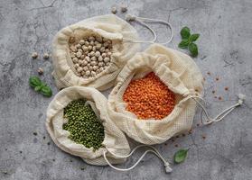ecotassen met verschillende soorten peulvruchten foto