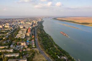 luchtfoto van de stad Galati in Roemenië over de rivier de Donau foto