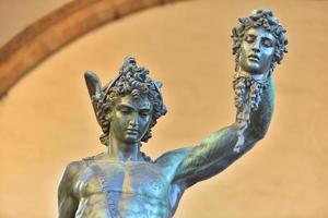 sculptuur in oude stijl van perseus met het hoofd van medusa in florence, italië foto