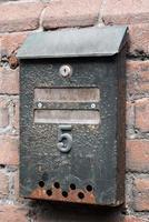 oude roestige brievenbus met nummer vijf foto