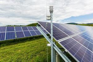 zonne-energiecentrale op een achtergrond van de hemel foto