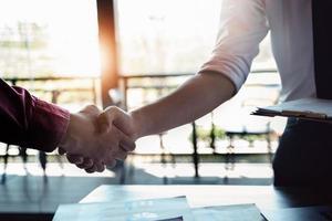 samenwerking of overeenkomst en contractconcepten. zakenlieden slaan de handen ineen in zaken tussen bedrijven om hun zakelijk potentieel te vergroten. foto