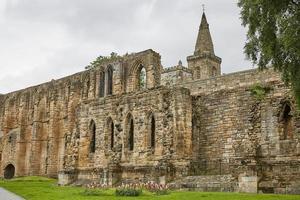 middeleeuws romaans klooster en benedictijnse begraafplaats in de Schotse stad Dunfermline in Fife foto