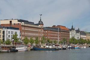 prachtige woningen in Helsinki in Finland zijn langs de dijk pohjoisranta foto