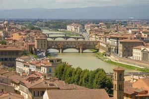 panorama van ponte vecchio en florence in italië foto