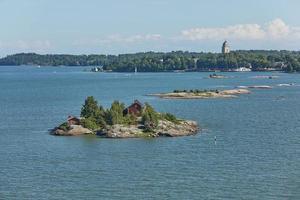huizen omgeven door water en de oevers van de golf van finland nabij de haven van helsinki in finland foto