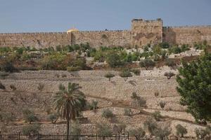 terrassen van de Kidron-vallei en de muur van de oude stad in Jeruzalem in Israël foto