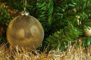 kerstversiering met gouden ketting aan de boom foto