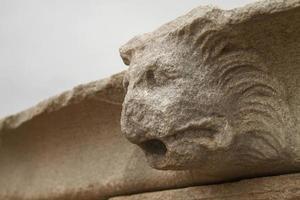 close-up van het standbeeld op het eiland delos, griekenland foto