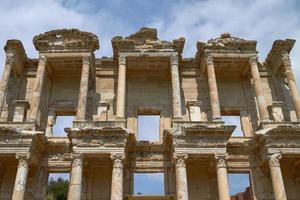 gevel van de oude celsus-bibliotheek in ephesus, Turkije foto