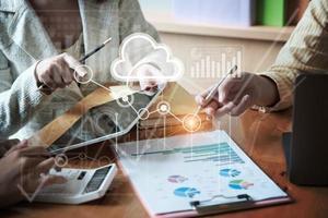 groep zakenlieden en accountants die gegevensdocumenten op een digitale tablet controleren voor onderzoek naar corruptierekeningen. anti-omkoping concept foto