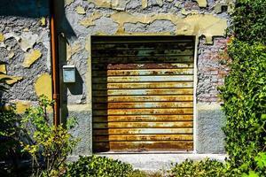 oud gesloten en roestig garageluik foto