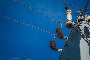 transformatorkast in blauwe hemel foto