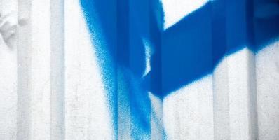 textuur van de metalen hek met blauwe graffiti foto