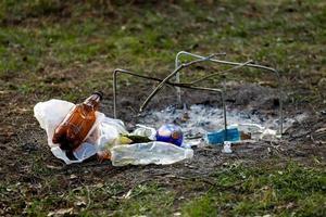 een hoop afval in het bospark bij het kampvuurterrein foto