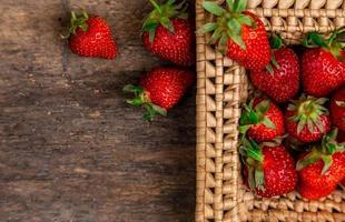 verse, sappige aardbeien in de mand foto