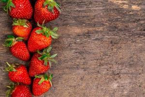 lekkere aardbeien op een houten tafel foto
