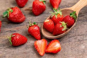 zoete aardbeien op houten tafel foto