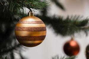 kerstbal opknoping op een kerstboom foto