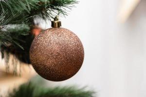 kerstbal opknoping op een kerstboomtak foto