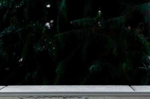 lege tafel voor een wazig bos achtergrond foto