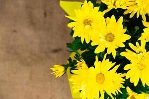 bovenaanzicht op een boeket gele bloemen met een oranje hart foto