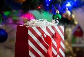 gestreept rood en wit geschenkpakket op een kerst achtergrond foto