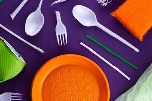 oranje, witte en groene plastic producten foto