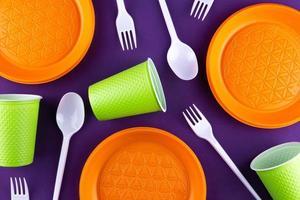 plastic oranje groen afvalinzameling op paarse achtergrond foto