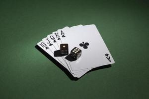 royal flush kaarten met dobbelstenen op groene achtergrond foto
