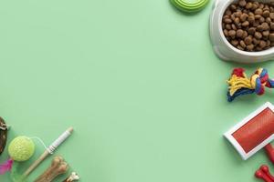 bovenaanzicht op accessoires voor huisdieren en voedsel foto