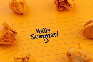 oranje verfrommelde vellen papier en tekst hallo zomer foto