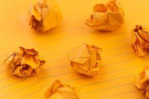 oranje verfrommelde vellen papier lege ruimte voor uw tekst foto