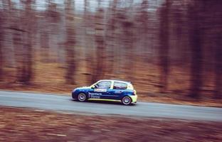 een rallyauto tijdens een race foto