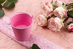 een boeket van mooie rozen op een roze ambachtelijke achtergrond met ruimte voor tekst foto