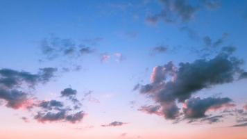 blauwe hemel in zonsondergang foto